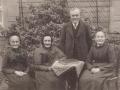 1909 Ernst Pickhardt sen mit seinen Schwestern im Garten Kaiserstr. 75 Gummersbach